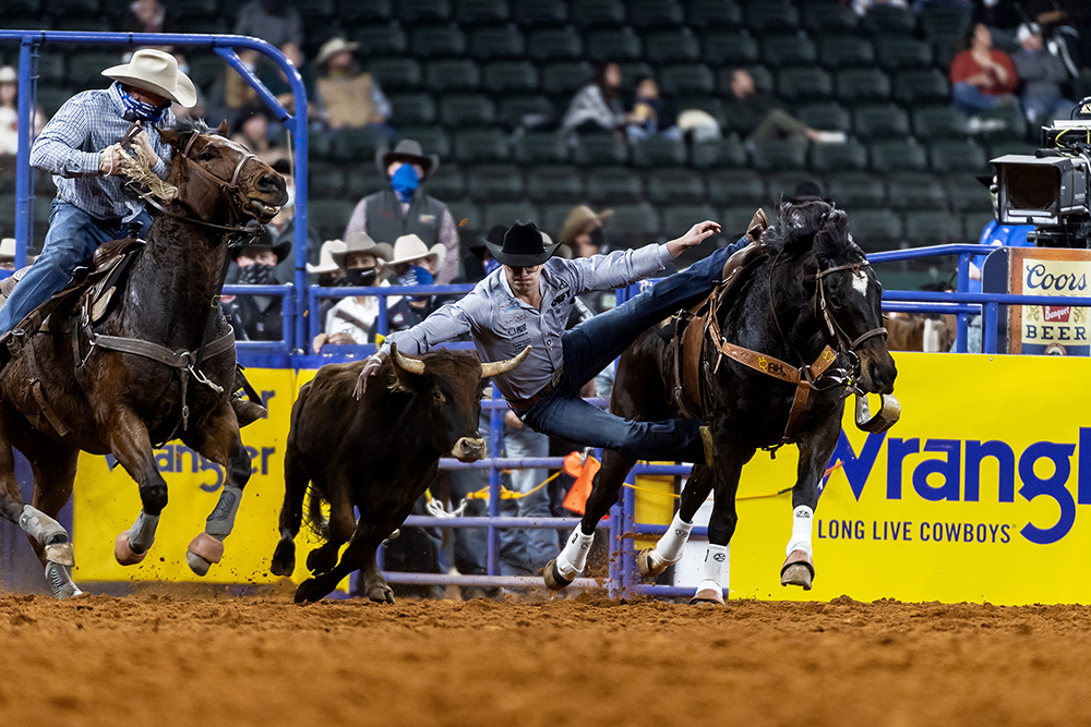 Bridger Anderson transitions to his steer on is way to a 3.8-second run, which split the round win with two-time world champion Tyler Waguespack. (PHOTO BY JAMES PHIFER)